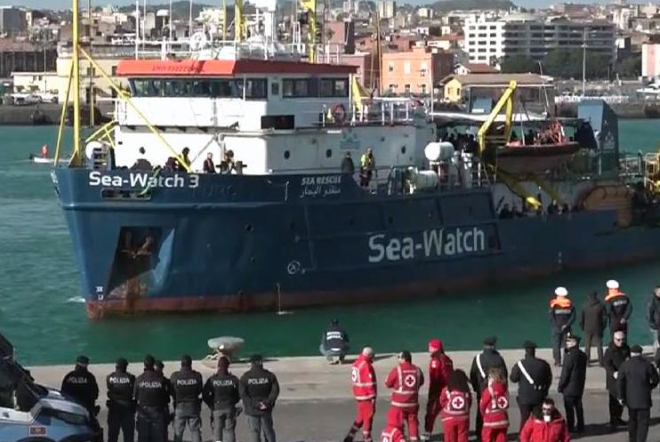 Sbarco dei 47 migranti.