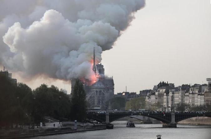 Brucia Notre-Dame a Parigi