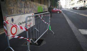 Tombino danneggiato in via D'Annunzio: pericolo pedoni