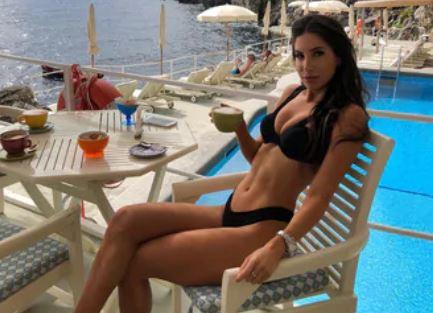 Jen Selter in vacanza in Italia. La regina del fitness si trova sulla costiera amalfitana a godersi i primi giorni di luglio. Fan impazziti per la bella influencer. È la fitness blogger più famosa al mondo, vanta 12,8 milioni di followers su instagram ed è stupenda. Jen Selter è stata una delle prima influencer a fare numeri così grossi sul social più in voga del momento. I suoi video, fotoe consigli sul fitness sono seguitissimi e tra i suoi followers c'è anche chi è interessato solamente alle sue forme. Jen Selter: caccia al selfie Professionista del fitness ma anche bellissima