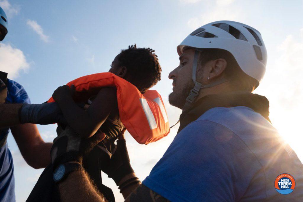 Migranti, tre bolognesi sulla Mare Jonio: questa notte salvate 100 persone