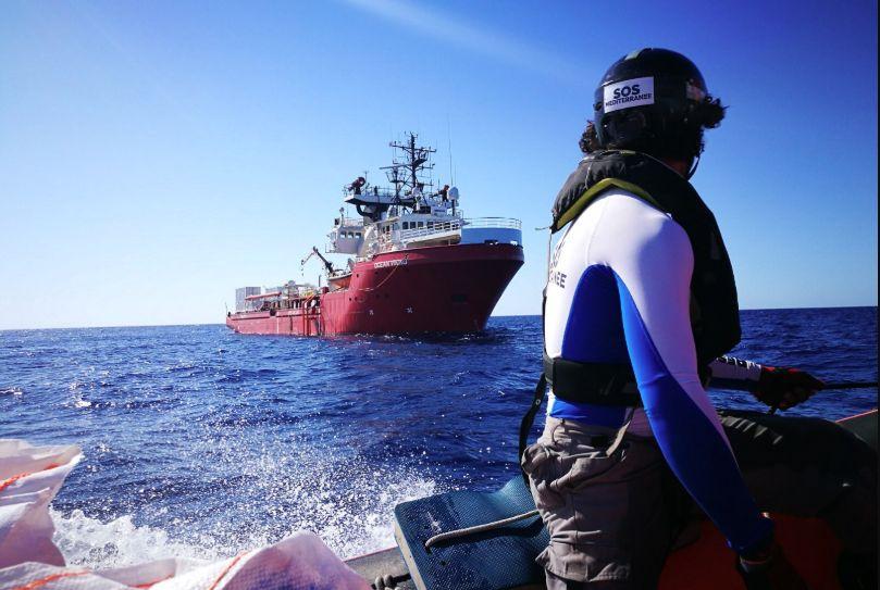 La Ocean Viking soccorre 50 persone e resta in acque internazionali