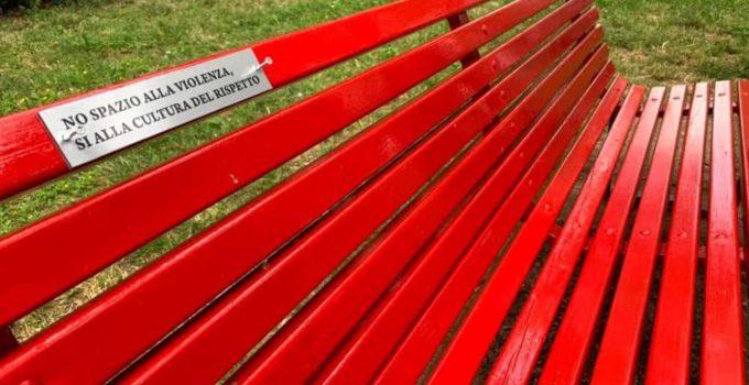 Installata panchina rossa