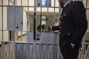 Ai domiciliari usa i social per comunicare: portato in carcere