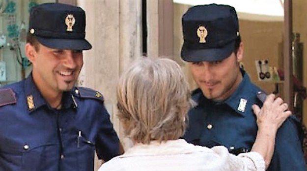 I Poliziotti soccorrono una donna anziana