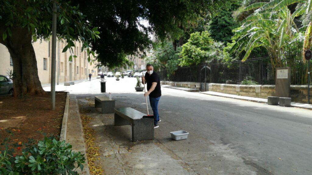 I cittadini ripuliscono l'area pedonale