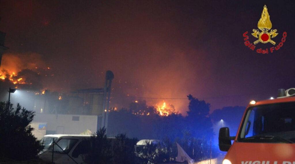 La Sicilia avvolta dalle fiamme