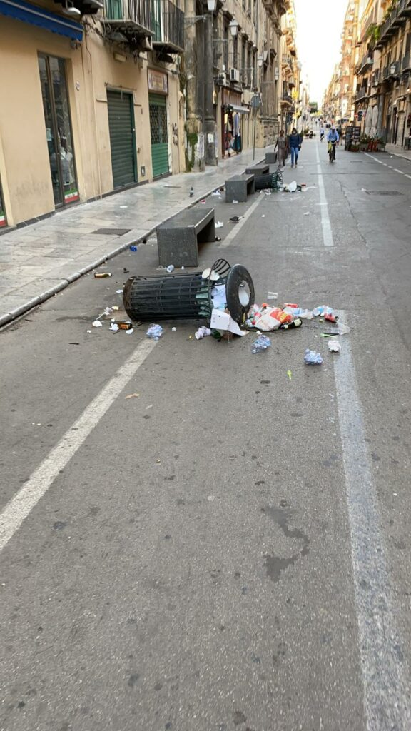 Divelti 30 cestini a Palermo