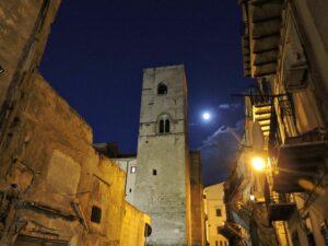 Notte stellata sulla Torre medievale, la notte dei desideri sui tetti di Palermo