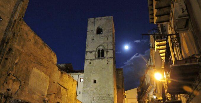 Notte stellata sulla Torre medievale