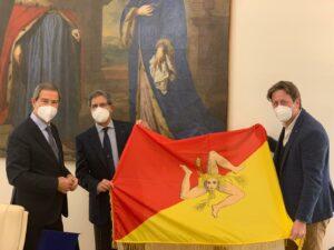 Coppa America, il team Luna Rossa riceve la bandiera siciliana