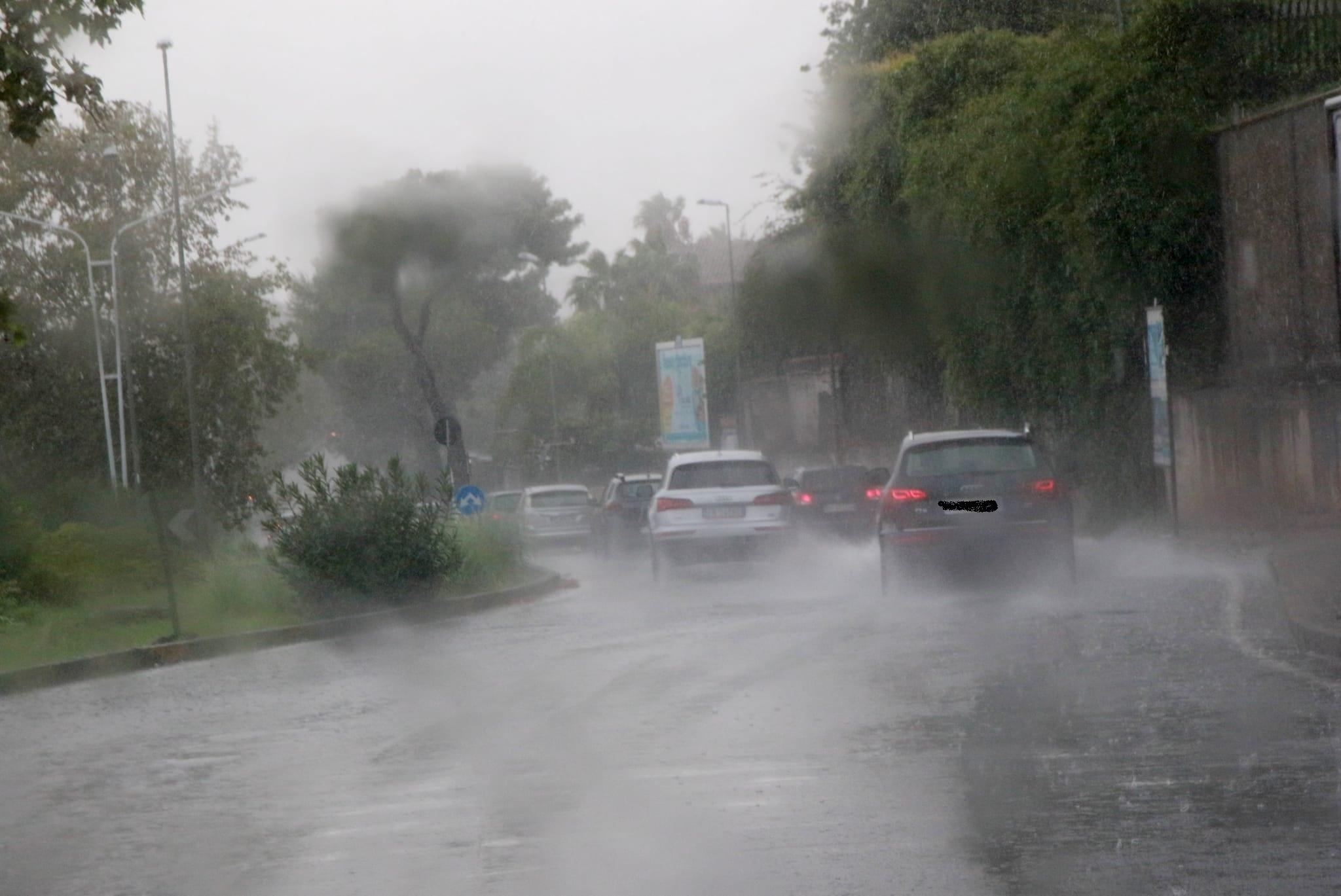 Nubifragio a Catania, strade come fiumi in piena: morto un uomo